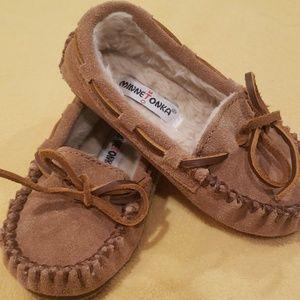 Little kids Minnetonka moccasins slipper- size 8